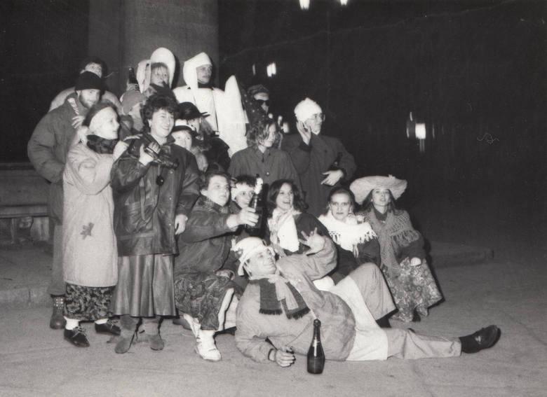 """Sylwester pod Kopernikiem.W archiwum fotograficznym """"Nowości"""" odleźliśmy kopertę pełną zdjęć z zabaw, dyskotek i bali. Wszystkie zostały"""