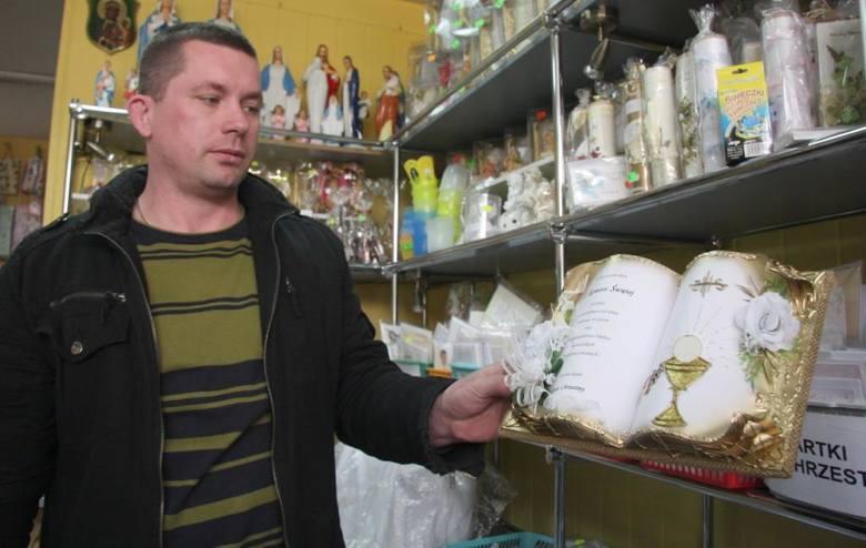 Sebastian Czechowicz ze sklepu Dewocjonalia w Kielcach: - Tegorocznym hitem są specjalne obrazki w kształcie otwartej księgi pamiątkowej, z życzeniami