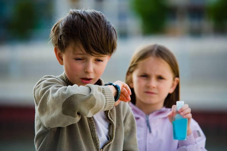 Bezobjawowy przebieg zakażenia koronawirusem najczęściej dotyczy dzieci. Nie oznacza to jednak, że nie grożą im powikłania infekcji!