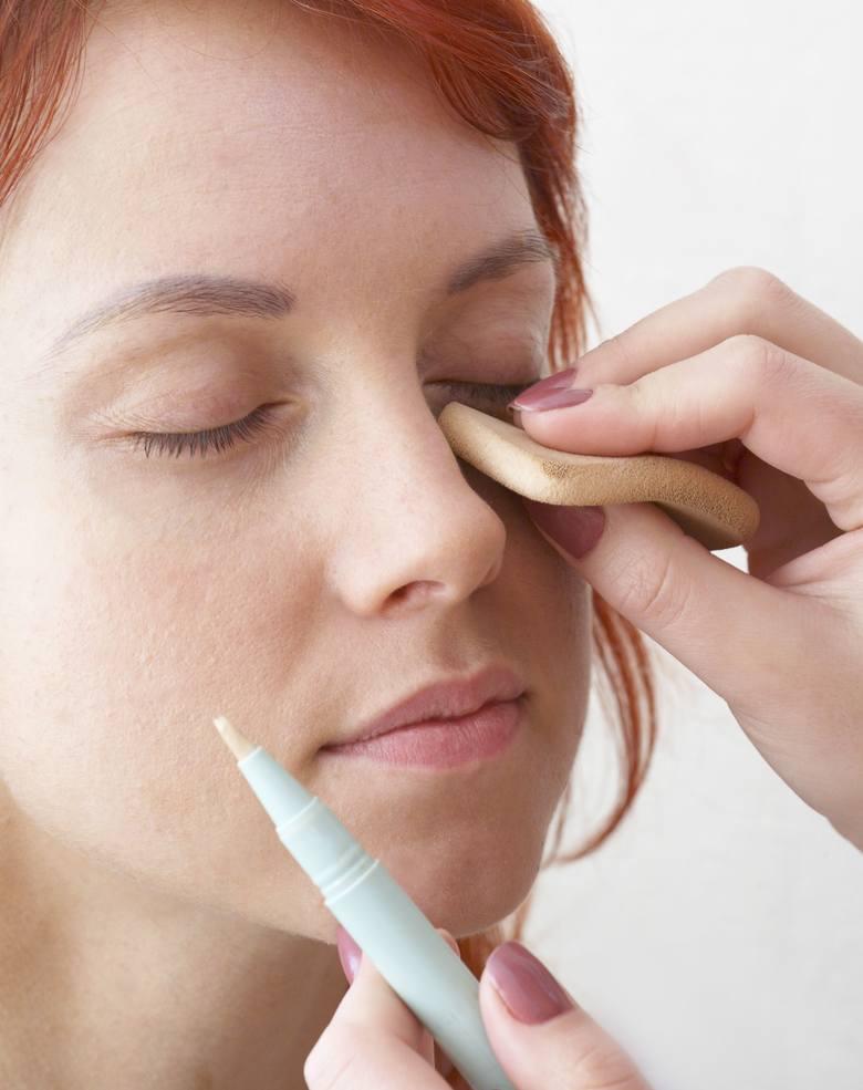Gdy opuchlizna pod oczami nie jest duża, można zatuszować ją za pomocą odpowiedniego korektora. W przypadku pogłębiającego się problemu makijaż jednak