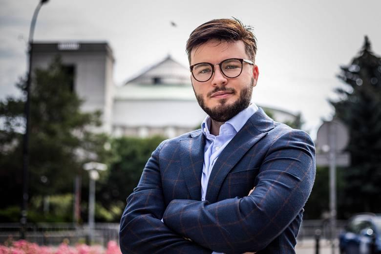 """Tarnobrzeg. Aktywista LGBT Bartosz Staszewski pozwany przez Gminę Tuszów Narodowy. Strony """"dogadają się"""" przed sądem w Tarnobrzegu?"""
