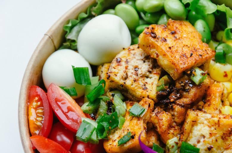 Oprócz pełnowartościowego białka roślinnego zapewnia fitosterole. Jest dostępna w wielu formach gotowych do spożycia, m.in. w postaci tofu, mleczka sojowego
