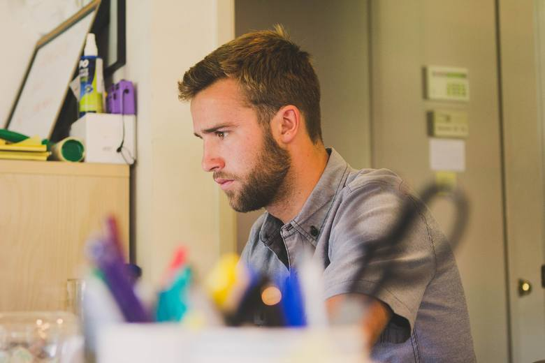 Brak koncentracji w dorosłym życiu często wynika ze stresu, nadmiaru zadań w pracy i codziennych zmagań ze współpracownikami.