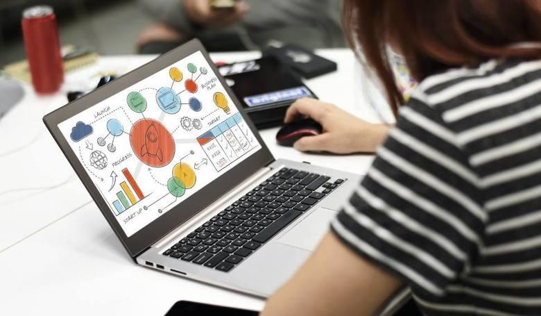 Od środy 25.03.2020 obowiązkowy e-learning. Nauczyciele mają realizować podstawy programowe na odległość. Pojawiają się pierwsze problemy