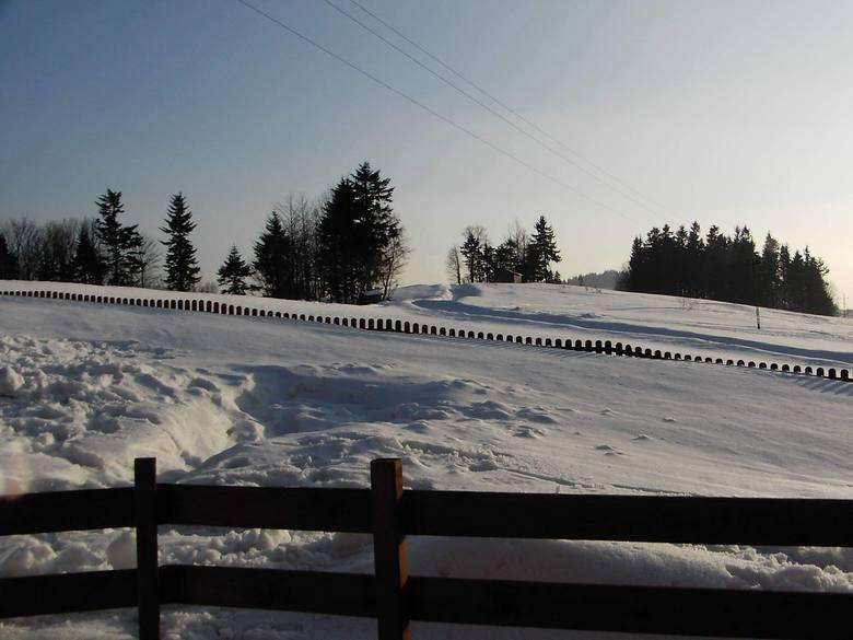 Dojazd do licznych przysiółków uniemożliwiają zaspy. Niestety, spodziewane są dalsze opady śniegu