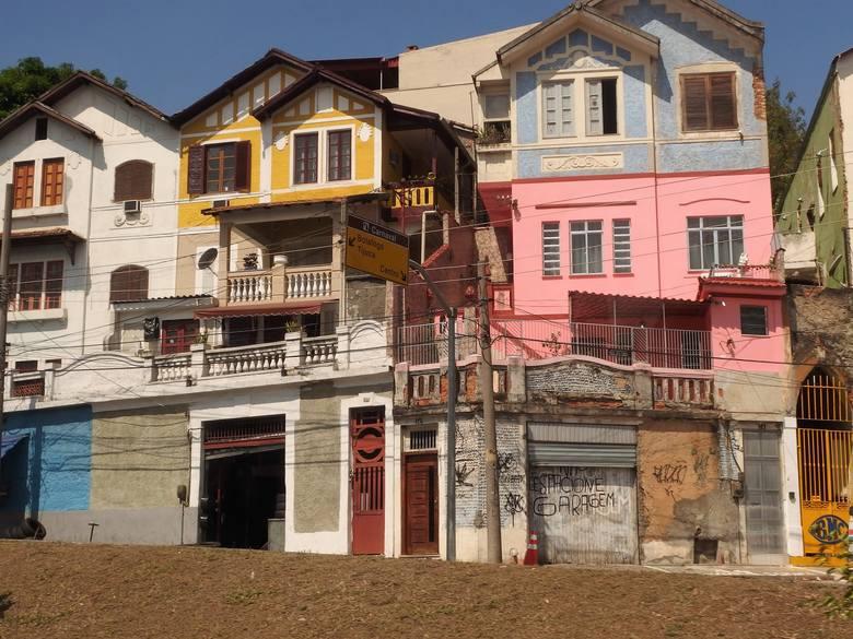 Domy w fawelach, rozmieszczonych na wzgórzach,  zwykle  pomalowane są w jaskrawych kolorach