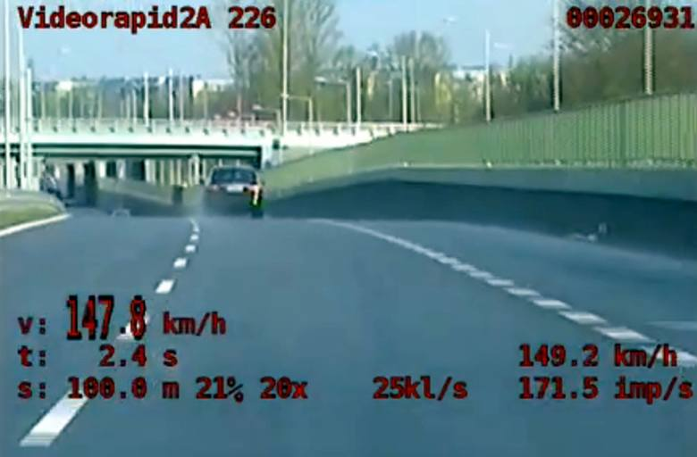 Pirat drogowy na alei Niepodległości przekroczył dopuszczalną prędkość o 77 km/h. Zatrzymał go nieoznakowany radiowóz