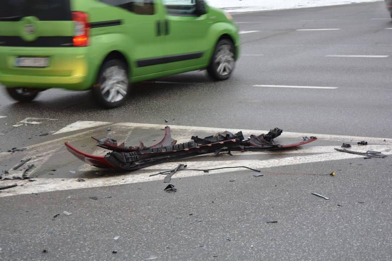 Ostrołęka. Wypadek w centrum miasta. Zderzyły się opel i renault [ZDJĘCIA]