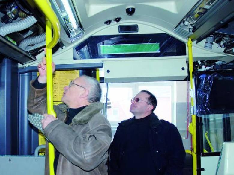 Janusz Nowakowski (z lewej) i Andrzej Petkowski z łomżyńskiego MPK pokazywali nam wczoraj jeden z remontowanych właśnie autobusów. Przybędzie w nich
