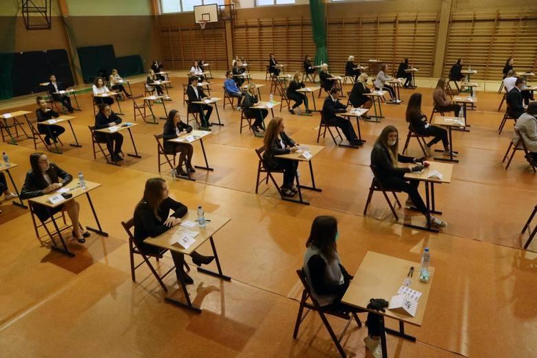 Próbna matura nie jest obowiązkowa, ale z reguły przystępuje do niej zdecydowana większość uczniów ostatnich klas szkół średnich, którzy zamierzają zdawać