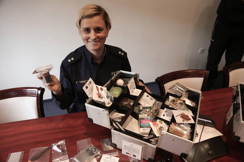 Podkomisarz Beata Borowicz z Komendy Wojewódzkiej Policji we Wrocławiu z atrapami narkotyków i sprzętu do odurzania się