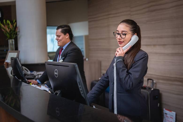 Niemiła obsługa w recepcji  Przyjeżdżając do hotelu oczekujemy, że na miejscu powita nas uśmiechnięty i miły pracownik recepcji, który sprosta wszelkim