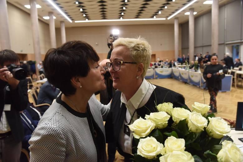Od lewej: Marszałek Elżbieta Polak oraz przewodnicząca Wioleta Haręźlak na początku obecnej kadencji. Wtedy jeszcze panowała zgoda...