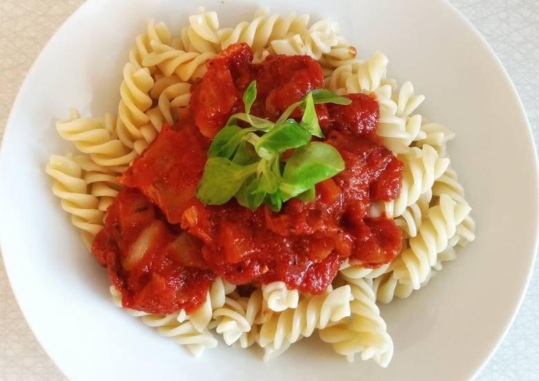 To klasyczne danie, które przyrządzimy błyskawicznie. Gotowy sos pomidorowy kupimy w każdym sklepie spożywczym, ale możemy też przygotować go samodzielnie,