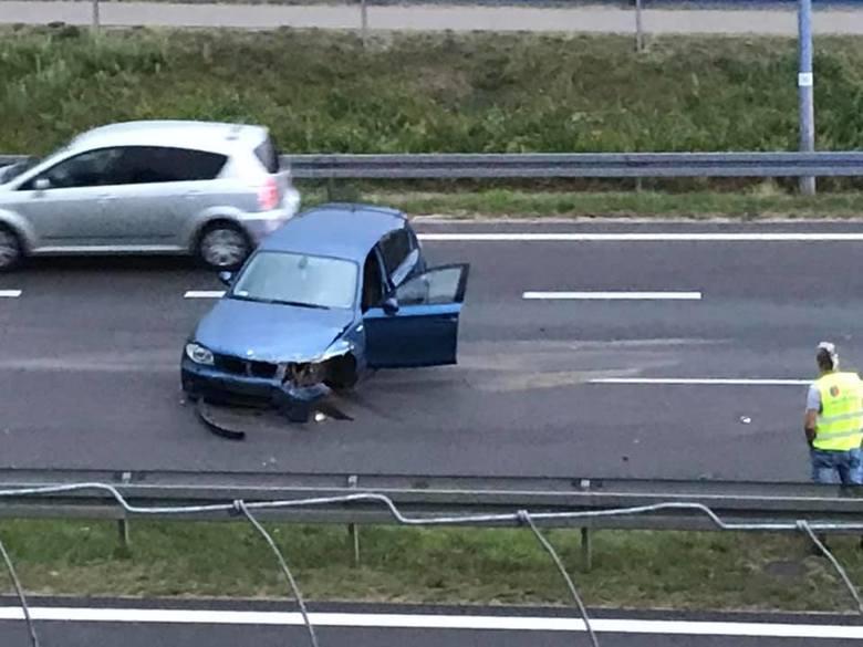 W miejscu wypadku są utrudnienia w ruchu. Samochody puszczane są prawym pasem. To zdjęcie pochodzi z fanpejdża Kolizyjne Podlasie
