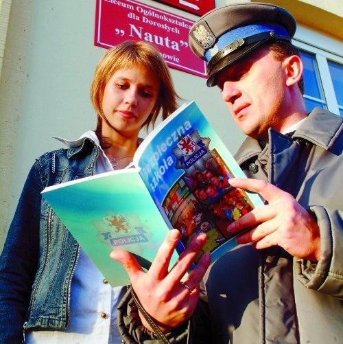 Policjant Jerzy Hirowicz podkreśla, że z młodzieżą trzeba rozmawiać, rozmawiać i jeszcze raz rozmawiać. Licealistka Joanna Kowalczyk jest przekonana,