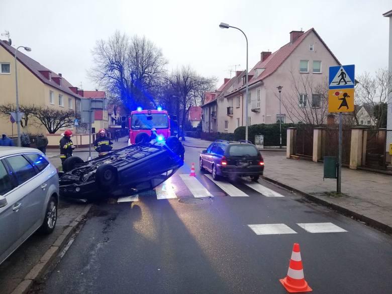 W środowy poranek u zbiegu ulic Sportowej i Rejtana w Koszalinie doszło do zderzenia dwóch samochodów osobowych. W wyniku zderzenia jeden z pojazdów