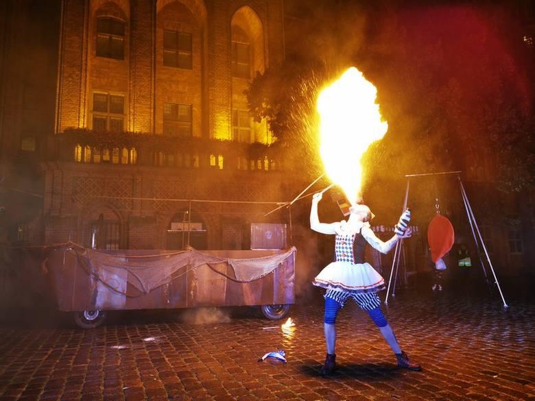 """Widowisko """"Piraci"""" Cyrkowa Events zakończyło tegoroczny Festiwal Teatrów Ulicznych w Toruniu. Spektakl rozpoczął się barwną paradą"""