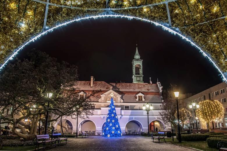 Foto-Luk, czyli fotograf Łukasz Turek, zrobił specjalny kalendarz z nocnymi zdjęciami Kluczborka. Każdy z miesięcy zdobi nocne zdjęcie Kluczborka. W