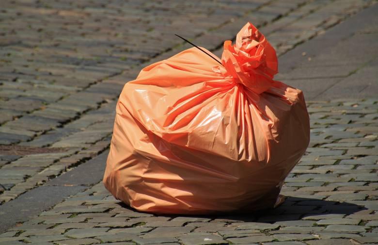 Pomarańczowy worek wypełniony śmieciami
