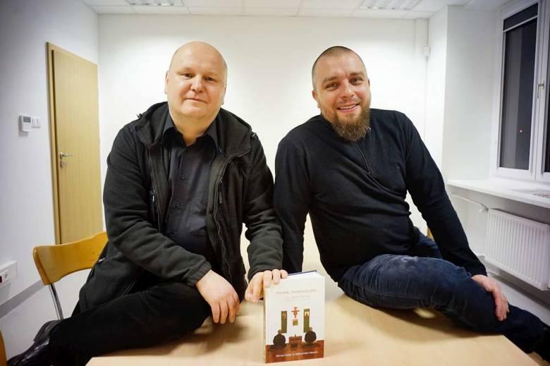 Dariusz Hybel (z lewej) i benedyktyn o. Maksymilian Nawara