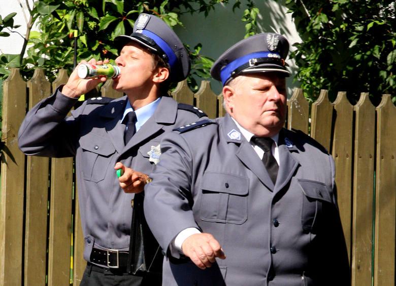 Komendant (Andrzej Beya-Zaborski, z prawej) nie raz strofował aspiranta Mariana Cielęckiego (zagrał go Wojciech Solorz)