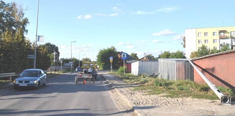 Wypadek w Biłgoraju na Al. Jana Pawła II: Na 56-latkę spadła latarnia, którą przewoziła ciężarówka