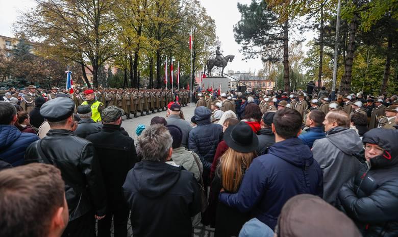 Tłumy rzeszowian na odsłonięciu pomnika marszałka Józefa Piłsudskiego. Galeria zdjęć z uroczystości.