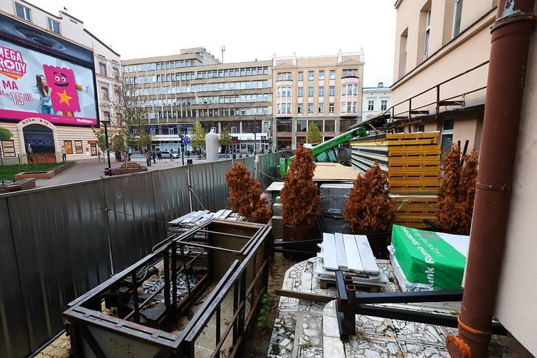 Łodzianie spacerujący ul. Piotrkowską zastanawiają się, co dzieje się z budynkiem Hort-Cafe, czyli popularnej kawiarni, która zaczęła działać w 1976
