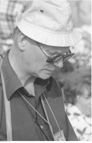 Pobyt papieża Jana Pawła II w Oświęcimiu-Brzezince podczas I pielgrzymki do Polski. Mężczyzna z akredytacją Polskiej Agencji Interpress podczas mszy św. odprawianej przez papieża Jana Pawła II na terenie byłego obozu Auschwitz II - Birkenau.<br /> Data wydarzenia: 1979-06-07