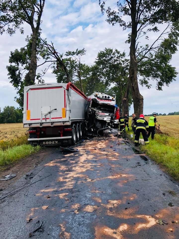W poniedziałek około godziny 8 na drodze między Myślinem, a Robuniem w gminie Gościno doszło do groźnego wypadku. Samochód ciężarowy marki Scania zjechał