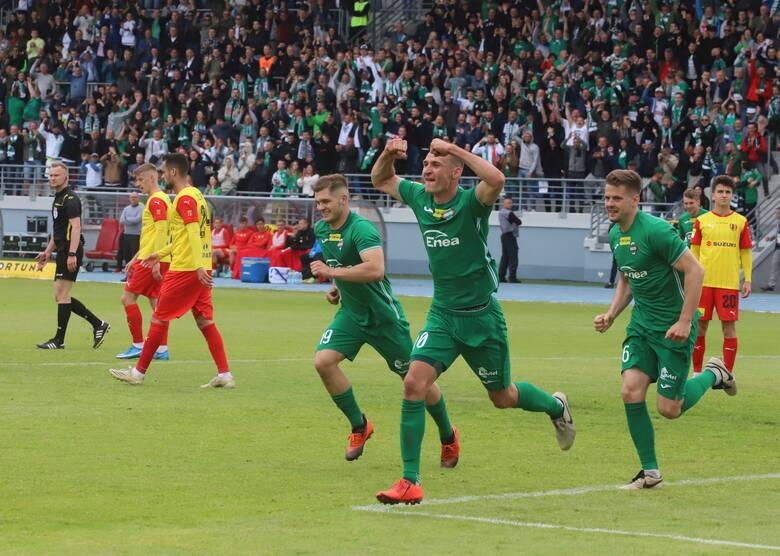 Radomiak Radom pokonał 2:0 Koronę Kielce i awansował do piłkarskiej elity - ekstraklasy. Gole dla zielonych strzelali, Dawid Abramowicz w 2 minucie i