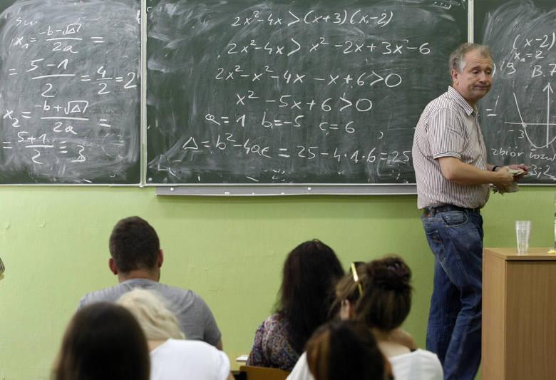 Zgodnie z zapowiedziami rządu, nauczyciele mogą liczyć na kolejną podwyżkę w drugiej połowie 2020 roku. Ma ona wynieść ok. 6%. Na razie jednak nie znane