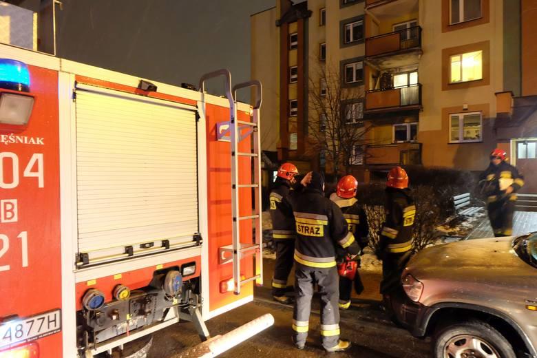 Na miejsce wysłano trzy zastępy straży, w tym wysięgnik.Zobacz też:Pożar na Nowym Mieście. Palił się blok na skrzyżowaniu Pułaskiego z Żeromskiego (zdjęcia,