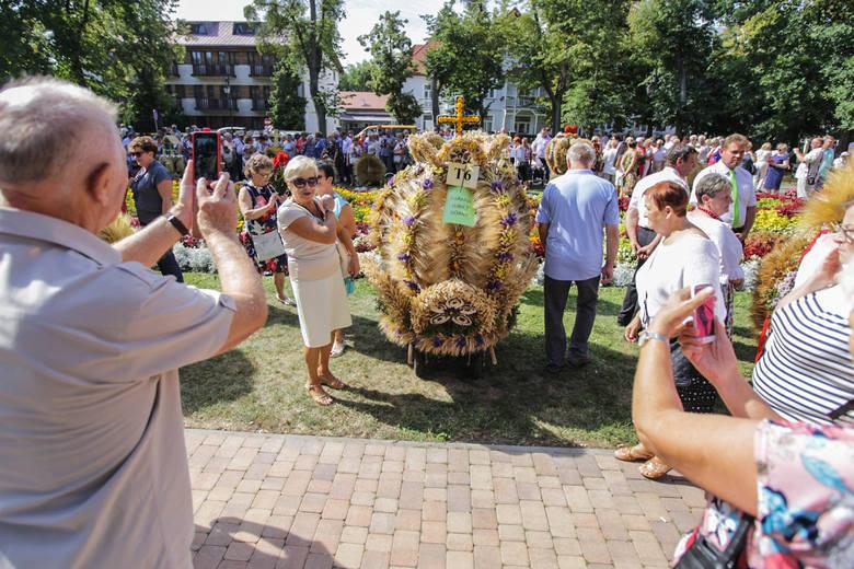 Wojewódzkie dożynki w Ciechocinku odbyły się w niedzielę (25.08). Podczas mszy św. poświęcono przyniesione przez rolników wieńce i płody z tegorocznych