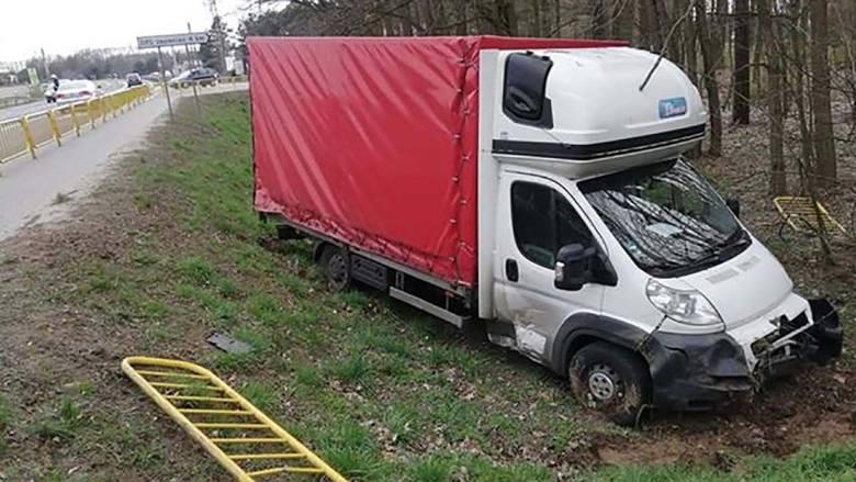 Do zderzenia busa z osobówką doszło w środę, 27 marca, w Trzcielu. Bus po zderzeniu wypadł z drogi. O zderzeniu poinformował nas nasz Czytelnik. W Trzcielu