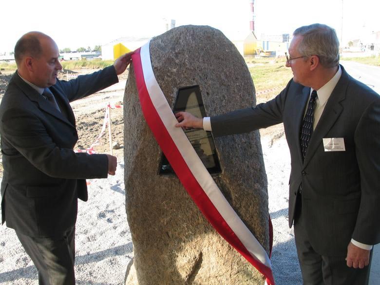 Ryszard Jania (z lewej) prezes Pilkington Automotive Polska i Craig Naylor, prezydent dyrektor generalny Grupy NSG odsłaniają kamień węgielny pod budowę