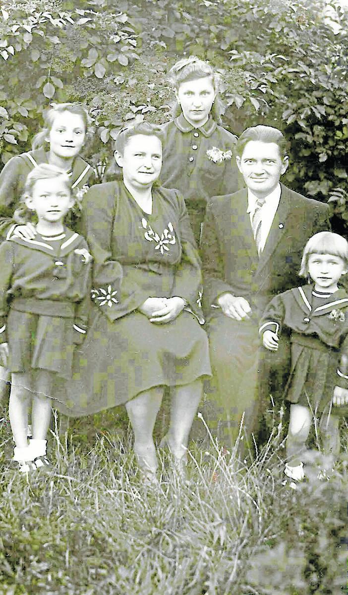 Helena i Stanisław Hofbauerowie z czterema córkami. Najmłodsza to Zdzisława