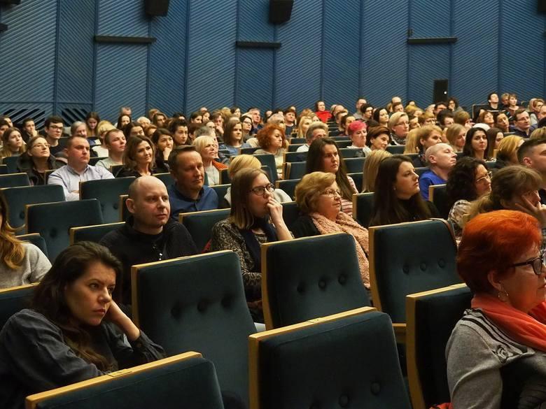 Kino Forum. Maria Dębska i Kinga Dębska na spotkaniu z widzami w ramach Podlaskiej Akademii Kultury. Prowadził dr Tomasz Adamski