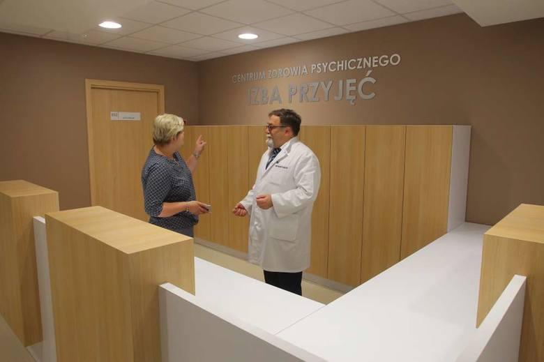 Justyna Kiejda, naczelna pielęgniarka CZP i prezes CM HCP Lesław Lenartowicz omawiają ostatnie szczegóły dotyczące oświetlenia