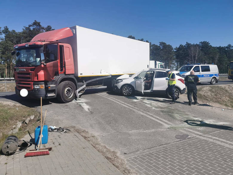 W Zielonce pod Bydgoszczą doszło do wypadku. Samochód ciężarowy zderzył się autem osobowym.Jak informuje nas st. asp. Piotr Duziak z bydgoskiej policji,