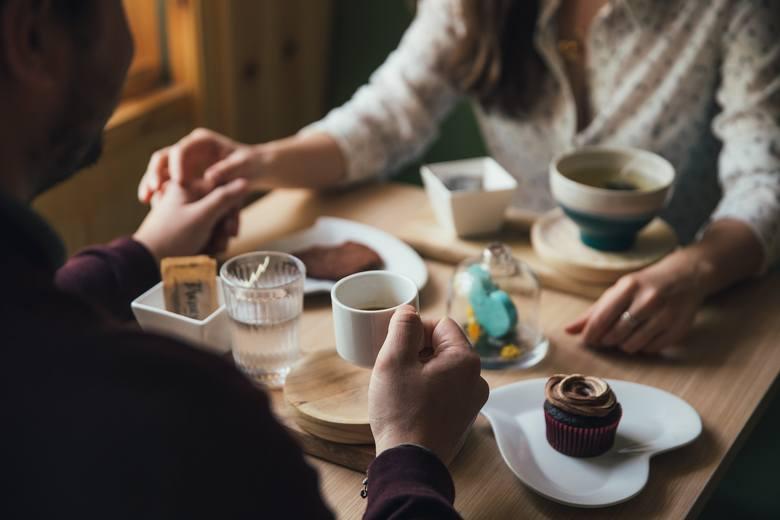W Krakowie natomiast jedna z tamtejszych restauracji poszukiwała osoby z wyższym wykształceniem, doświadczeniem i znajomością dwóch języków obcych do
