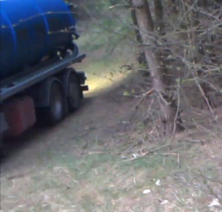 Nieczystości w lesie. Leśnicy z Czarnej Białostockiej ujawnili sprawców. Wylewali nieczystości do lasu w pobliżu ujęcia wody [ZDJĘCIA]
