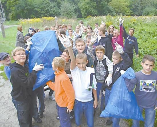 Uczniowie ze szkoły podstawowej nr 4 wysprzątali pobliskie ulice i las.