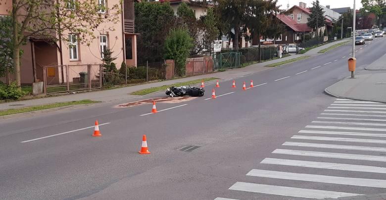 Policjanci wstępnie ustalili, że kierujący fordem nie ustąpił pierwszeństwa przejazdu i doprowadził do zderzenia z motocyklistą, który następnie uderzył