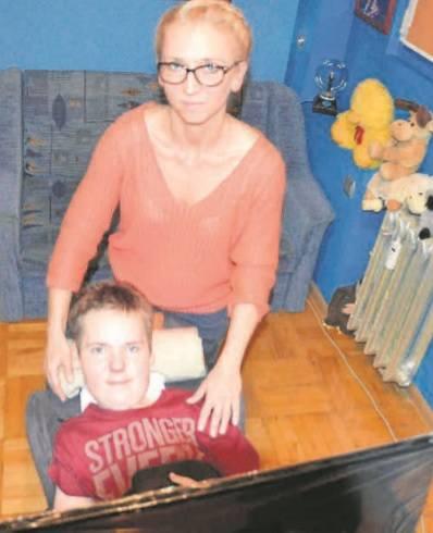 Lekarze dawali Marcinowi 4 lata życia. Żyje już 17, tylko dzięki ogromnej determinacji mamy Sylwii i własnej chęci do życia. Lek może zahamować, a nawet