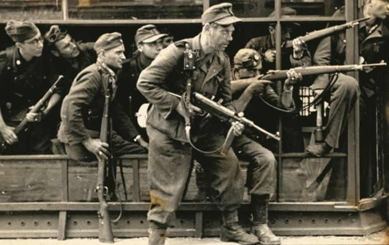 Żołnierze Brygady Szturmowej Oskara Dirlewangera wyruszają do boju z powstańcami warszawskimi
