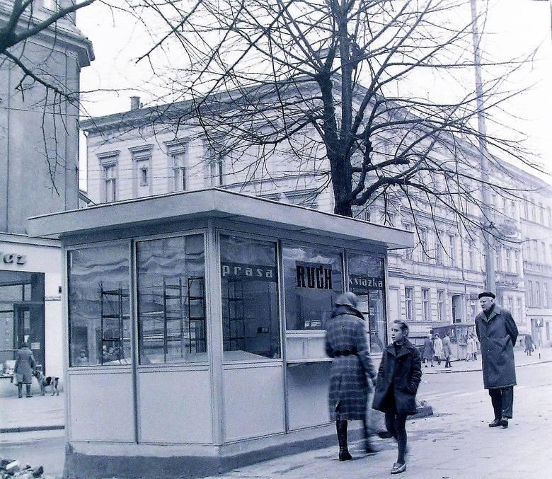 """Październik 1973 r., na al. Wojska Polskiego pojawiły się nowe kioski """"Ruchu"""""""