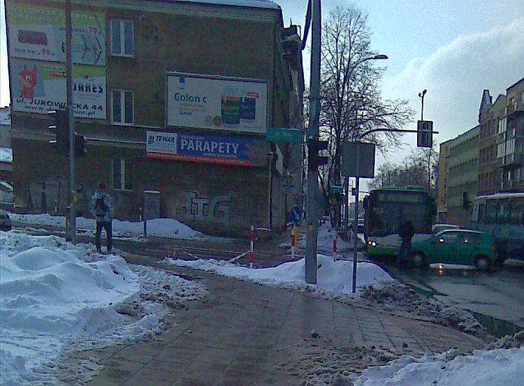 Ulica Sienkiewicza i ulica Złota. Autobus komunikacji miejskiej zderzył się z volkswagenem (zdjęcia)