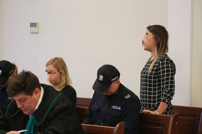 Dominika S. (na zdj. z lewej) od ponad roku przebywa w tymczasowym areszcie. Druga skazana - Karolina F. - usłyszała wyrok w zawieszeniu. Na procesie apelacyjnym żadna się nie stawiła